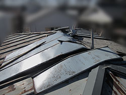 老朽化して、剥がれてしまったトタン屋根