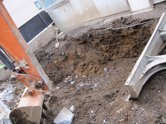 地下の解体作業、更地にするために土を入れています