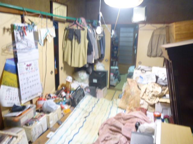 布団も敷いたままの状態で長年放置されていた室内