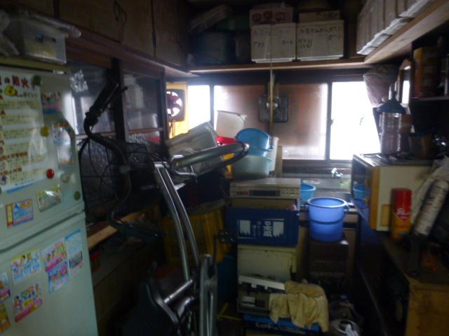 カビだらけで、物置場と化していたキッチン